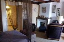 Chambre avec lit double, lit simple, fauteuils…