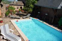 Bain de soleil au bord de la piscine
